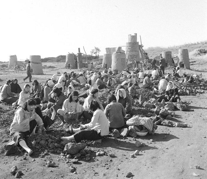 Phụ nữ Trung Quốc thay vì làm việc đồng áng, phải đi đập đá để xây các lò luyện thép.
