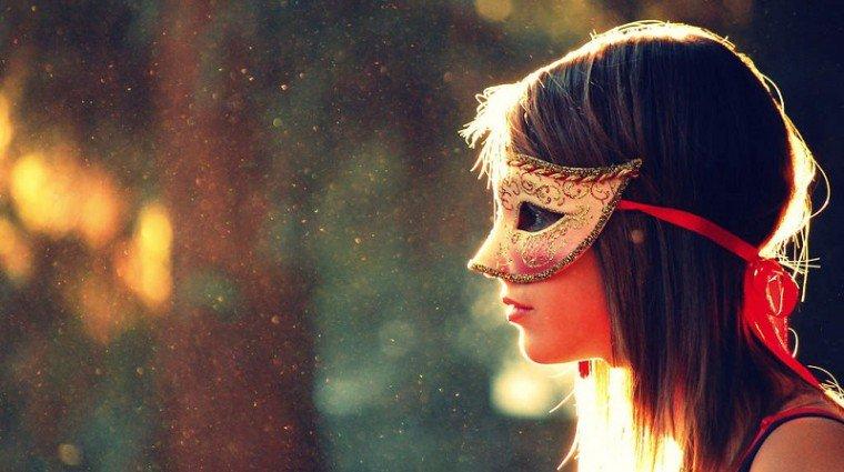 Có một sự thật là, chúng ta luôn mang theo mặt nạ để đối diện với tình yêu. (Ảnh: Twitter)