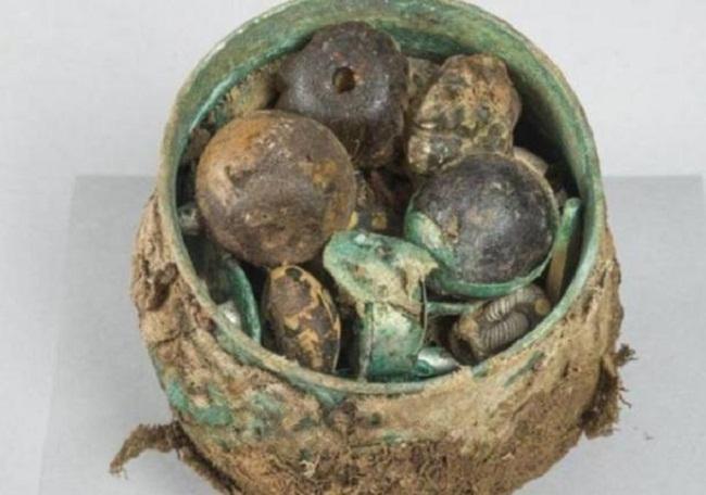 Chiếc bình của triều đại Carolingian chứa đầy đồ cổ (ảnh: Historic Environment Scotland)