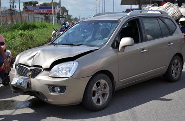 Ôtô 7 chỗ bị móp đầu sau cú tông. (Ảnh: Sơn Hòa)