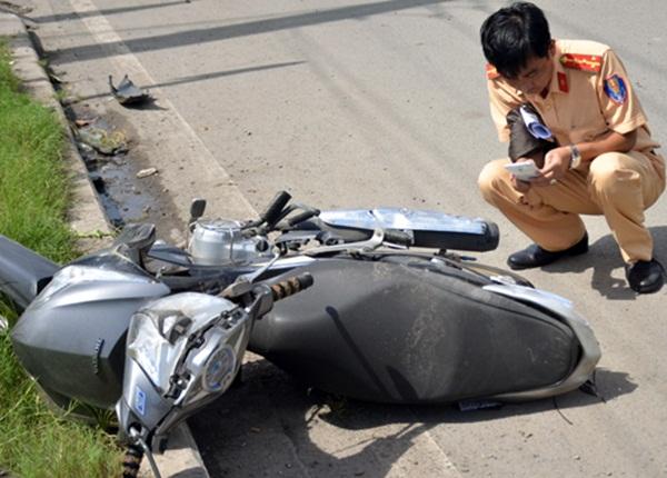 Một chiếc xe máy bị nạn tại hiện trường. (Ảnh: Sơn Hòa)