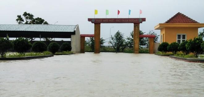 Nước ngập trước một trường học ở thị xã Kỳ Anh. Ảnh: Thảo Nhi.