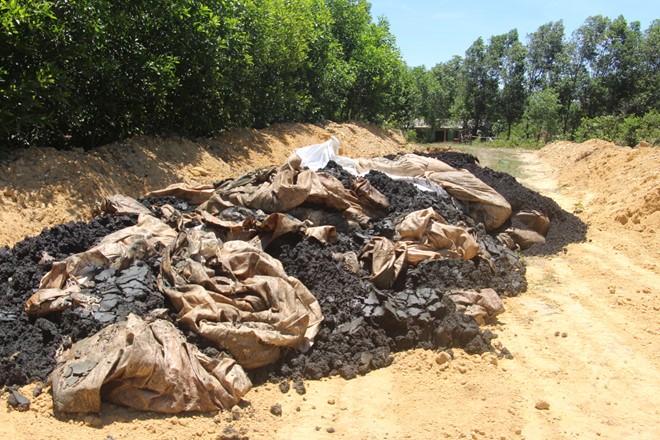 Chất thải của Formosa được nhà chức trách phát hiện tại Hà Tĩnh. (Ảnh: Zing)
