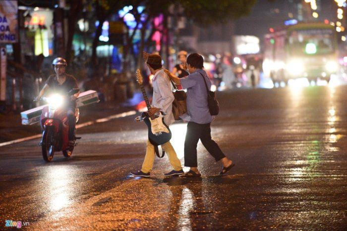 Đường Nguyễn Hữu Thọ chỉ thông thoáng đoạn hướng về quận 1. Theo dự báo của Đài Khí tượng Thủy văn Nam bộ, đêm nay và chiều mai TP.HCM tiếp tục có mưa kết hợp triều cường.