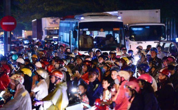 Cơn mưa cuối giờ chiều ngày 15/10 làm tuyến đường Nguyễn Văn Linh - Nguyễn Hữu Thọ ùn tắc. Xe tải, xe đầu kéo, xe máy chen nhau xếp hàng dài hàng km. Vào giờ cao điểm khu vực này thường xảy ra tình trạng ùn tắc nhưng người đi đường không thể hình dung chiều thứ bảy lại kẹt xe quá nặng.