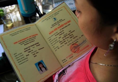 Năm 2013, một thạc sĩ tốt nghiệp loại giỏi ở Đà Nẵng 3 năm không xin được việc làm khiến cố Trưởng ban Nội chính Trung ương Nguyễn Bá Thanh tự tay bút phê xin việc.