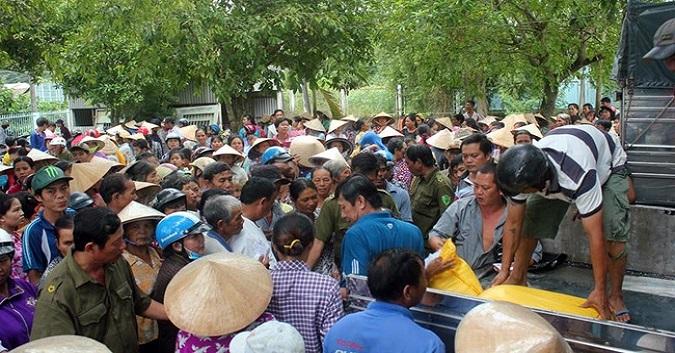 Hơn nghìn người nhận quà của gia đình chị Đào.