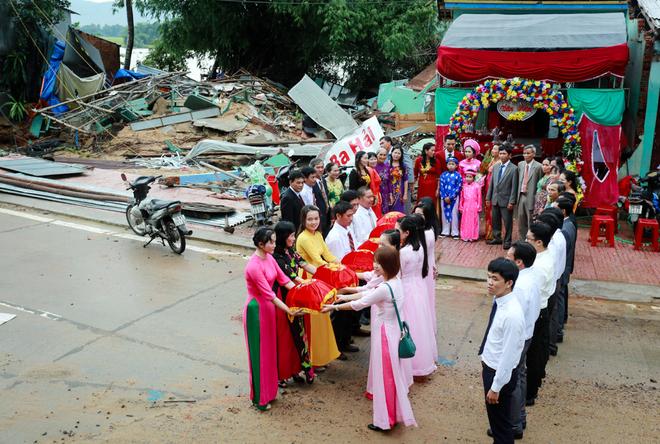 Trước ngày ông Nguyễn Văn Hải (thị trấn La Hai) tổ chức lễ cưới cho con trai, căn nhà gia đình ông bị mưa lũ đánh sập hoàn toàn. Sáng 5/11, đám cưới của chú rể Nguyễn Hữu Hà vẫn được tổ chức ở một góc nhà còn lại của gia đình chưa bị sập.