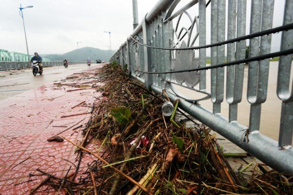 Rác lũ tràn lên thành cầu La Hai (thị trấn La Hai, huyện Đồng Xuân).