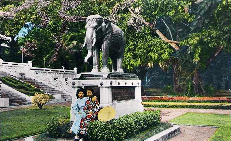 Một bức ảnh tượng voi bằng đồng năm 1960 được vua Rama VII của Thái Lan gửi tặng vào năm 1930 như một món quà cho thành phố.