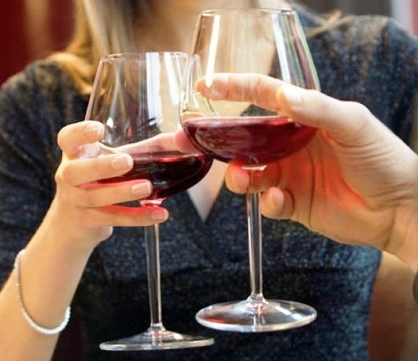 Thông thường vào kỳ nghỉ mọi người có xu hướng uống nhiều rượu hơn.