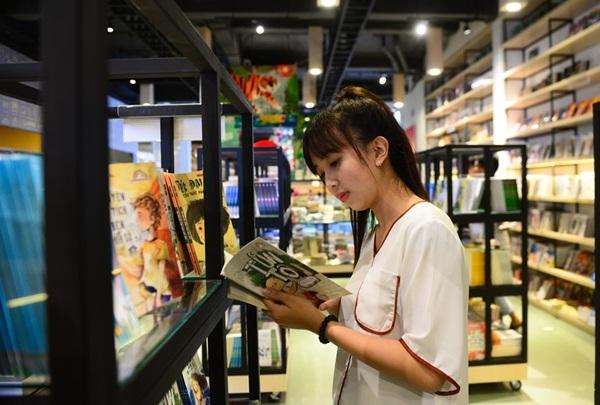 Độc giả có thể đọc sách ở bất cứ vị trí nào trong trung tâm sách. Các bạn trẻ cho biết họ cảm thấy thoải mái khi đọc sách ở đây.