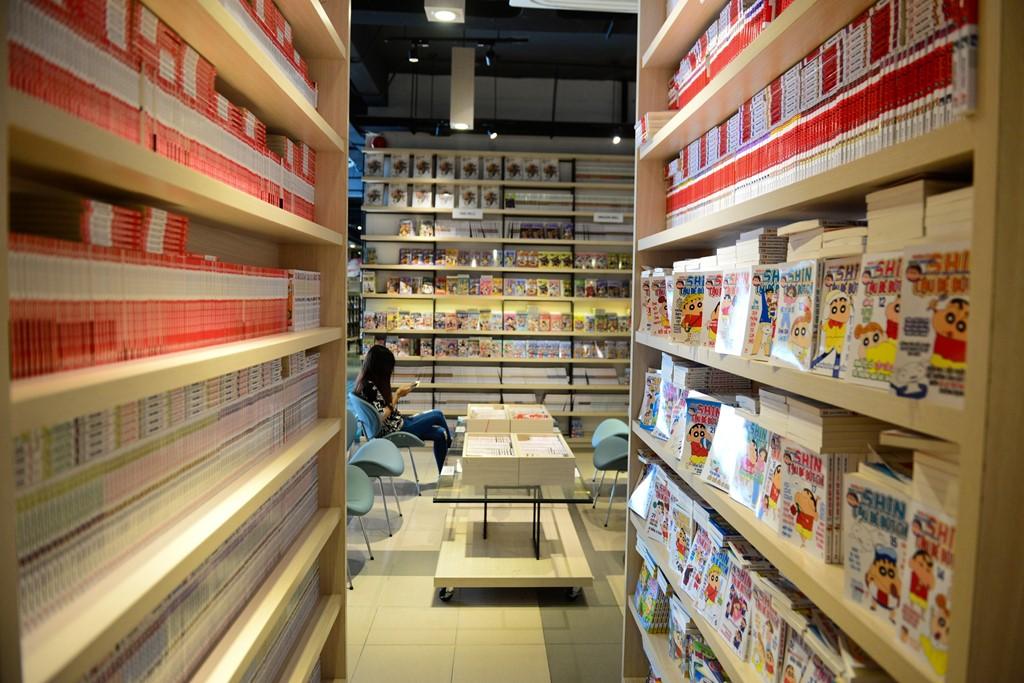 Nhà sách thiết kế thành nhiều khu vực khác nhau, đáp ứng nhu cầu đọc và sở thích của các độc giả như khu manga-comic, khu truyện chữ, khu tuổi teen, khu mẫu giáo...