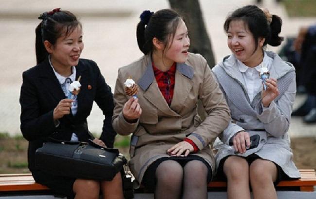 Three-North-Korean-girls-enjoy-5713-3060-1492502134