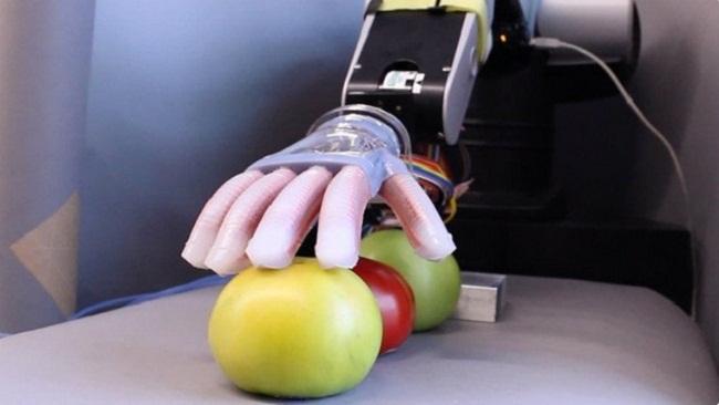Gentle Bot sử dụng một bong bóng có hình dáng giống bàn tay con người được tích hợp sẵn những ống dẫn sóng.