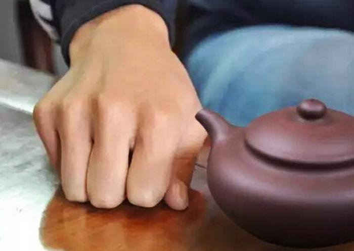 Dùng năm ngón tay gõ xuống bàn, thông tVì sao người xưa khi được mời trà, thường gõ 3 cái xuống mặt bàn? - ảnh 4hường gõ ba cái để thay việc hành lễ dập đầu cảm ơn người đối diện. (Ảnh: Sohu)