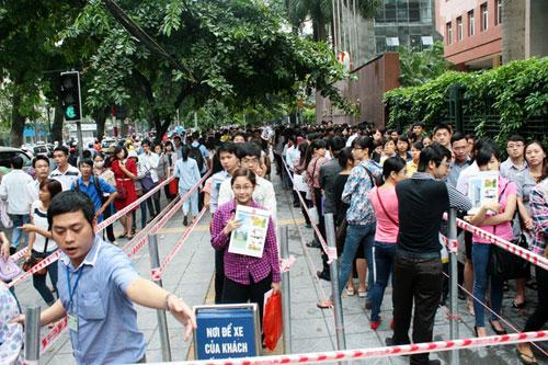 Hàng trăm người xếp hàng kín vỉa hè để nộp hồ sơ thi công chức vào Cục Thuế Hà Nội năm 2014.