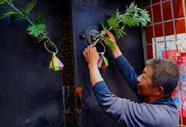 (Tập tục treo cây ngải trong ngày tết Đoan Ngọ. Ảnh: Qua kknews.cc)