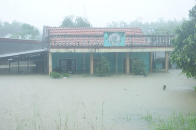 Chính quyền địa phương cho hay, có khoảng 1.200 nhà bị ngập từ 0,8 đến 2,5 m.