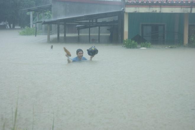 Đến chiều 14/10, thống kê của nhà chức trách cho hay có khoảng 1.200 nhà bị ngập từ 0,8 đến 2,5 m.