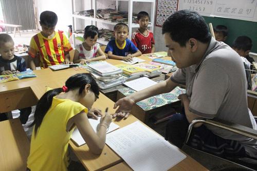 Người thầy liệt cả tứ chi kiên trì suốt 5 năm dạy học cho trẻ em nghèo - H1