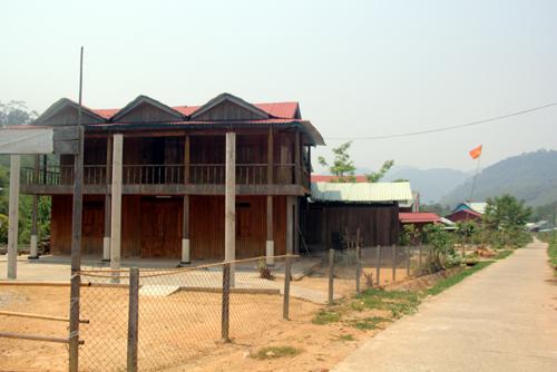 Ngay đầu thôn 2 là ngôi nhà gỗ 2 tầng của Bí thư xã Tà Pơ.