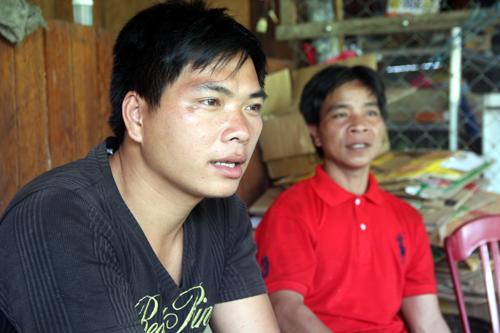 Bríu Đan (trái) cho biết, nhận tiền xong hầu hết dân làng chẳng còn ai thèm đi rẫy, chỉ ở nhà uống bia.