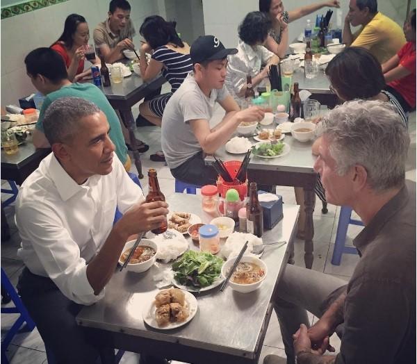 Đầu bếp Anthony Bourdain đăng ảnh ăn bún chả cùng Tổng thống Mỹ trên trang Instagram. Ông bình luận, Obama đã đặt đũa đúng cách.