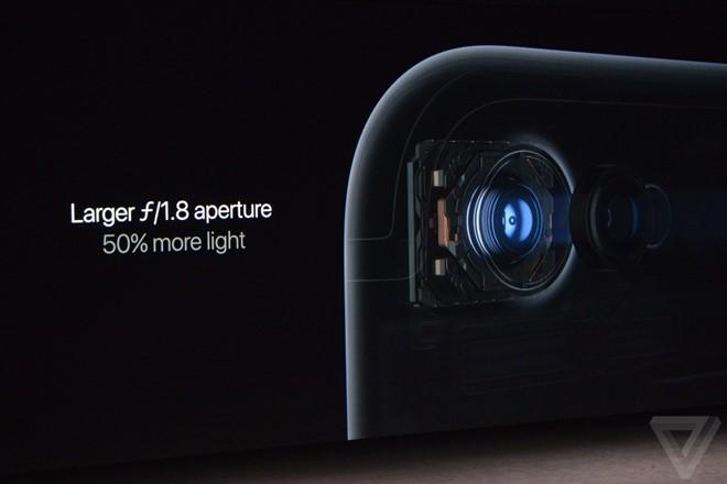 iPhone 7 sử dụng cảm biến camera 12 megapixel mới với tốc độ nhanh hơn 60%, tiết kiệm pin hơn 30%. Camera này có khẩu độ f/1.8, hỗ trợ chống rung quang học dùng ống kính 6 lớp.