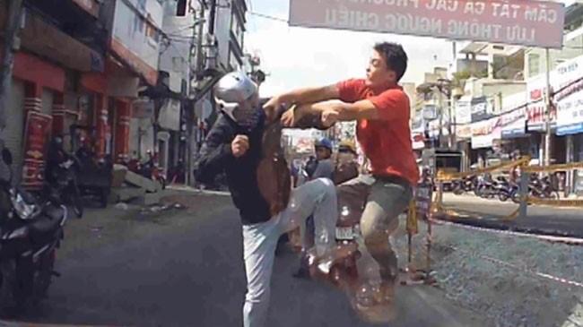 Hai người đàn ông lao vào đánh nhau sau vụ va chạm trên đường phố ở TP HCM.