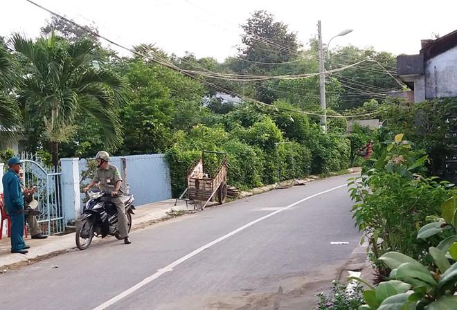 Sáng 19/10, bảo vệ dân phố được tăng cường canh giữ khu vực nhà ông Thái để giữ gìn trật tự. Ảnh: Việt Tường.