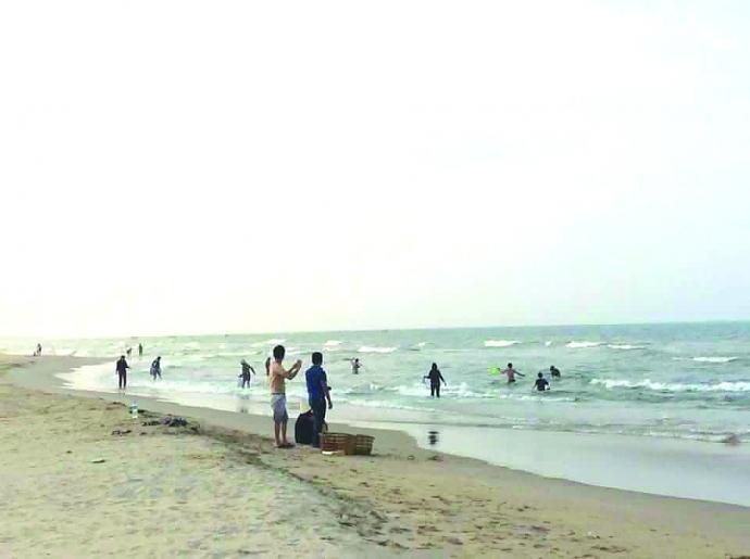 Ngư dân vớt cá chết ở bờ biển.