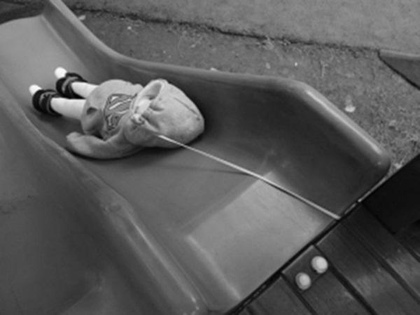 Một bé gái 4 tuổi ở Quảng Tây khi đang chơi cầu trượt thì sợi dây trên mũ bị mắc kẹt lại trên khe của chiếc cầu trượt