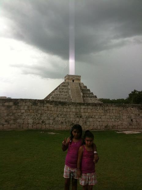 Một trường hợp tương tự-kim tự tháp El Castillo phát phóng cột ánh sáng lên bầu trời. (Ảnh: Petapixel)