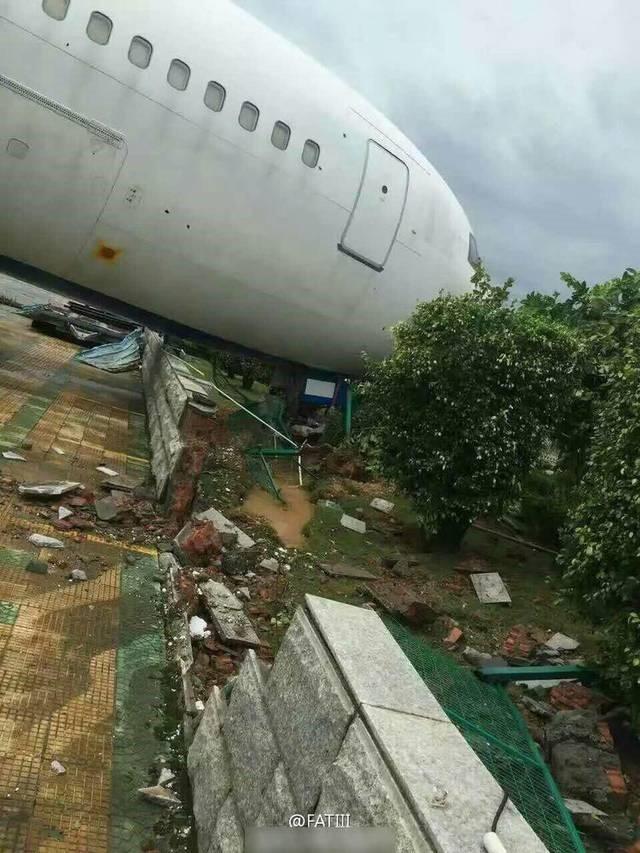 Chiếc Boeing 767 đậu tại sân bay Hạ Môn bị gió bão thổi dạt, đâm vào hàng rào. Siêu bão Meranti đổ bộ vào Phúc Kiến, miền đông Trung Quốc, lúc 3h sáng 15/9 sau khi tấn công Đài Loan. (Ảnh: Weibo).