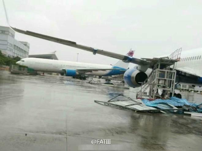 Nhiều máy bay khác tại sân bay Hạ Môn cũng không chịu nổi trước sức gió mạnh cấp 15 của siêu bão. Nhiều máy bay trượt nhiều mét trên bãi đậu.