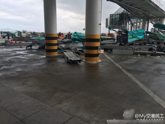 Các khu vực khác trong sân bay Hạ Môn cũng bị hư hại nặng. Tính đến 8h30 ngày 15/9, đã có 105 chuyến bay đi và đến Hạ Môn bị hủy bỏ. (Ảnh: Weibo).