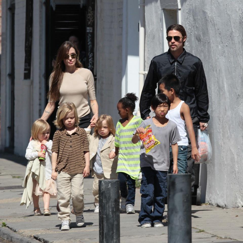 Vợ chồng Jolie bên các con. (Ảnh: Internet)