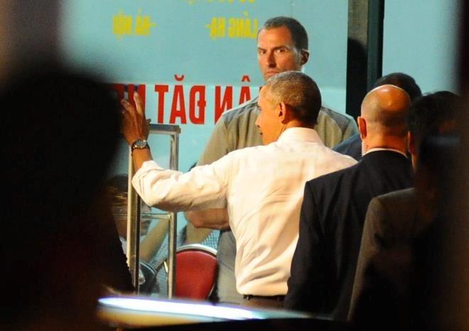 Tổng thống Mỹ vẫy chào người dân và bước vào quán bún chả ở đường Lê Văn Hưu, Hà Nội.