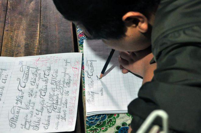 Người thầy liệt cả tứ chi kiên trì suốt 5 năm dạy học cho trẻ em nghèo - H4