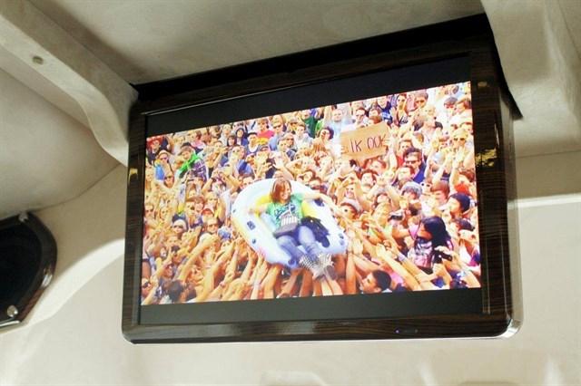 Đi cùng hệ thống giải trí hiện đại như hệ thống âm thanh Hi-end, màn hình LCD, TV.