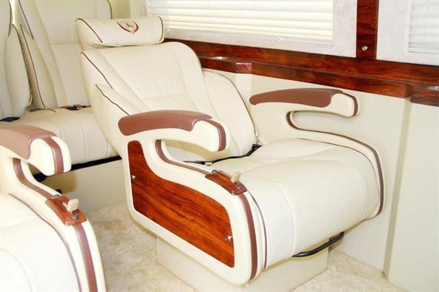 Ghế ngồi bằng da cao cấp, thiết kế trượt ngã thông minh giúp người ngồi êm ái và thoải mái, các chi tiết ốp vân gỗ tự nhiên, sang trọng.