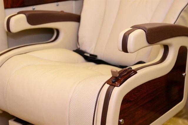 Ghế ngồi rộng rãi, thoải mái, bọc da cao cấp, mỗi ghế ngồi đều có thể trượt dễ dàng bằng các nút điều chỉnh ngay tầm tay.