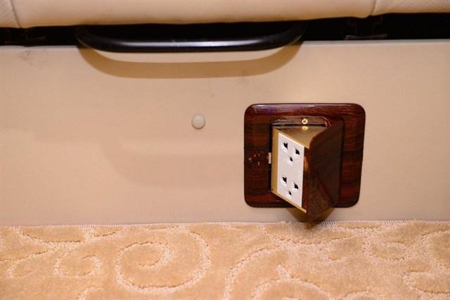 Đặc biệt, xe được trang bị nhiều tiện ích như: Wi-Fi, đèn đọc sách, các cổng USB được lắp đặt ngay tại mỗi ghế ngồi để sạc pin cho các thiết bị như điện thoại di động, máy tính bảng…
