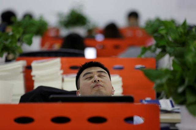 Đồng sáng lập Cui Meng ngủ ngồi sau giờ ăn trưa.