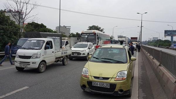 Do đây là tuyến đường độc đạo chạy lên Nội Bài nên không lâu sau đó, giao thông qua khu vực này đã rơi vào cảnh ùn tắc nghiêm trọng. (Ảnh: Internet)