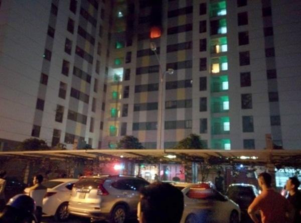 Ngọn lửa bùng lên tại một căn hộ. Ảnh: Sơn Dương