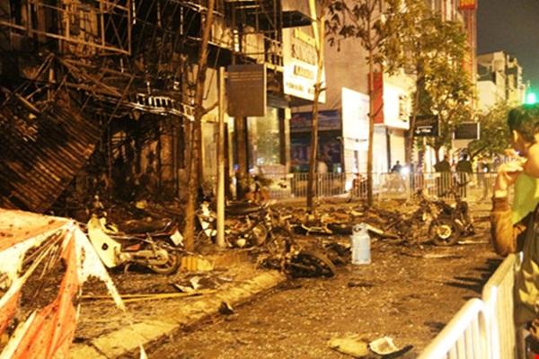 Nhiều tòa nhà liền kề bị cháy sém, tan hoang sau vụ cháy.