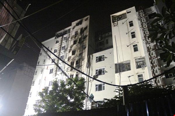 Phía sau tòa nhà 68 bị cháy sém giờ đã trở nên vắng lặng.