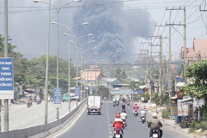Cột khói ngùn ngụt từ xa hàng km đã có thể nhìn thấy.